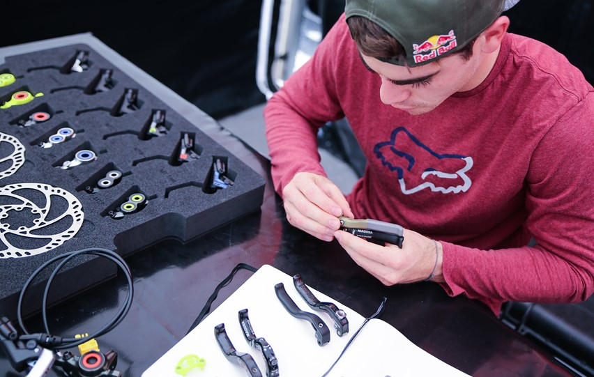 Downhill-champion Loic Bruni compares the different lever-blade options.